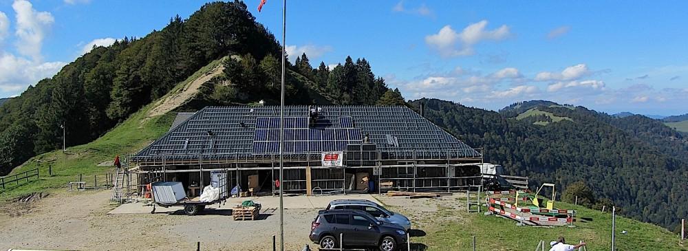 Baustelle einer PV-Anlagenmontage auf einer Alm